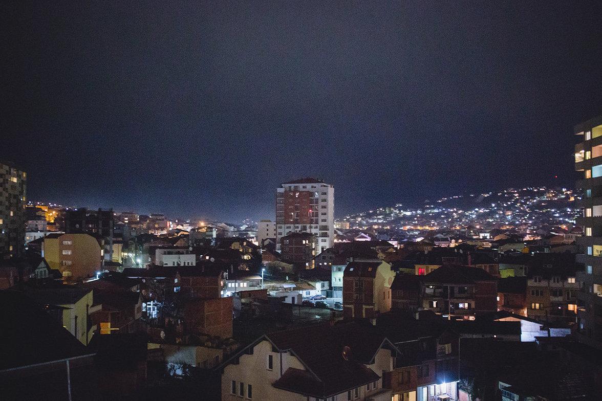 Pristina bei Nacht