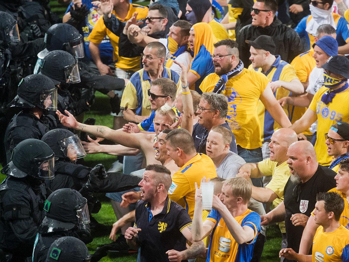 Ausschreitungen beim Fussballspiel (Foto: picture alliance / Julian Stratenschulte / dpa)