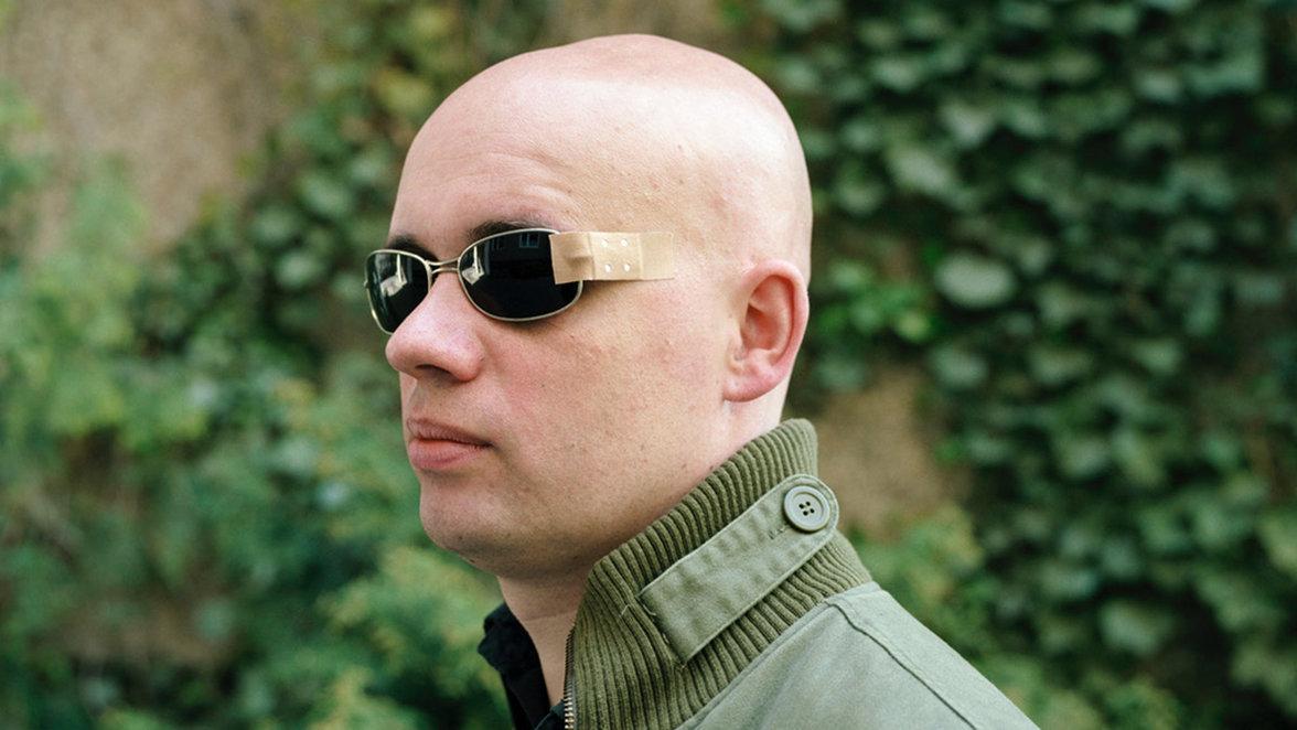 Provisorium: Ein Mann trägt eine notdürftig geflickte Sonnenbrille. Welche Kosten Krankenkassen erstatten (etwa für Sehhilfen), entscheiden auch die bei der Sozialwahl gewählten Vertreter der Versicherten mit (Foto: Thomas Meyer/OSTKREUZ)