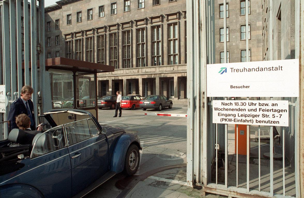 Die Treuhand-Zentrale in Berlin, Leipziger/Ecke Otto-Grothewohl-Straße  (Foto: Hubert Link / ZB - Fotoreport)