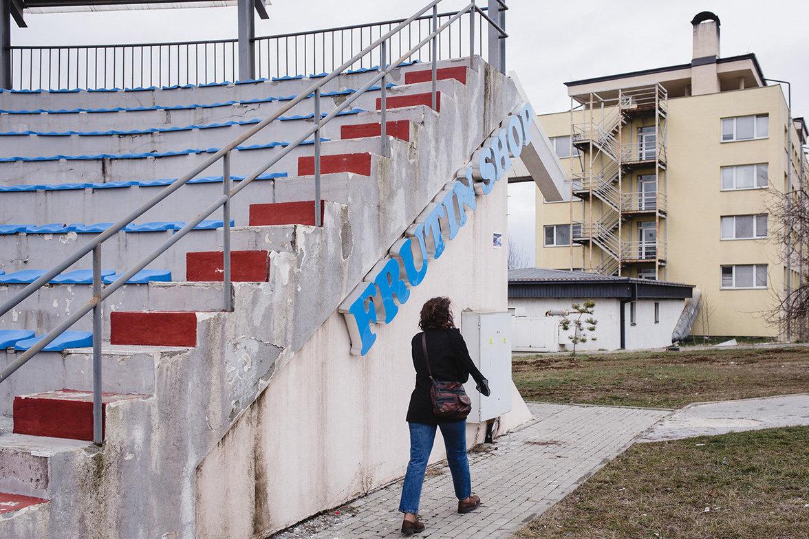 Vjosa auf dem Gelände ihres Studentenwohnheims. Lieber würde sie in München studieren