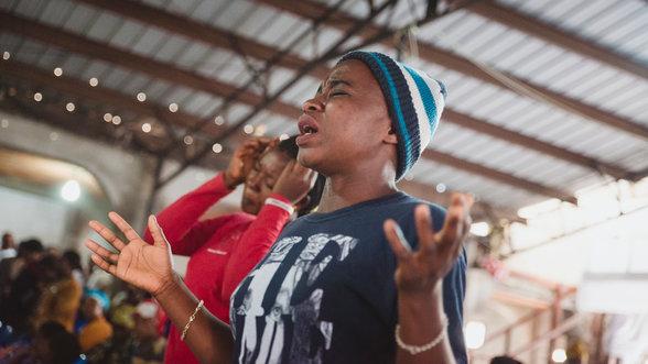 Frauen beten in der Kirche des Krankenhauses