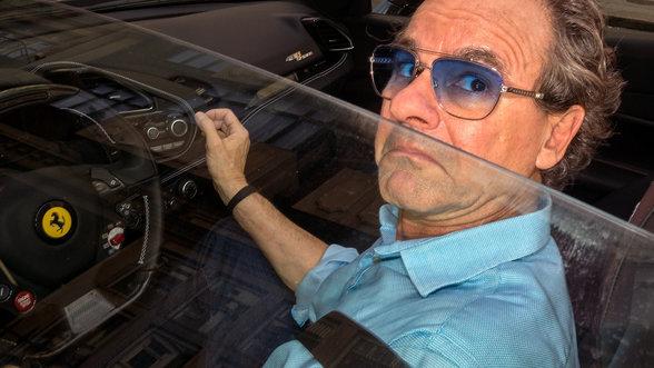 Ein Mann im Ferrari