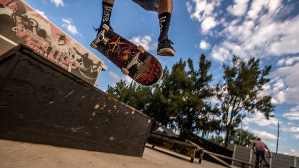 Skater bei einem Sprung