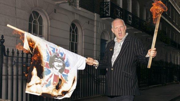 Joe Corré verbrennt ein Sex-Pistols-T-Shirt