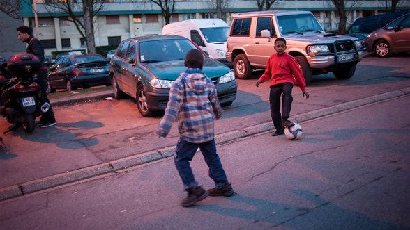 Kinder in der Pariser Banlieue spielen Fußball