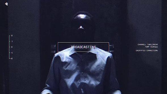 Szene aus der kenianischen Web-Serie Tuko Macho: Ein Mann sitzt auf dem elektrischen Stuhl