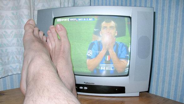 Füsse liegen einem Fernseher