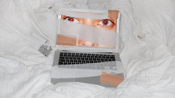 Computer mit Verband un Pflaster