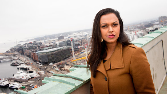 Oslos stellvertretende Bürgermeisterin Khamshajiny Gunaratnam auf dem Rathausdach mit dem Oslofjord im Hintergrund
