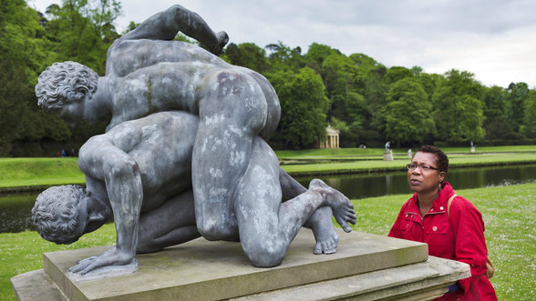 Frau schaut auf Ringer Statue; Foto: Arnhel de Serra / The National Trust