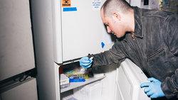 Anthony Di Franco nimmt eine Probe aus einem Kühlschrank in den Counter Culture Labs