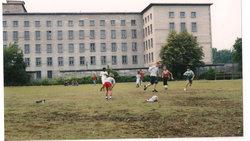 Fußball spielende Kinder an der Berliner Niederkirchner Straße