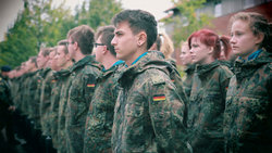 Junge Bundeswehr-Rekruten in Uniform stehen in Reih und Glied