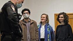 Armen Aramyan, Natalia Tyshkevich und Alla Gutnikova vor der Gerichtsanhörung