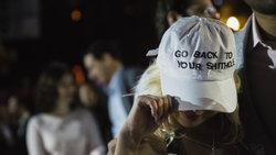 "Frau mit Baseballcap mit der Aufschrift ""Go Back To Your Shithole"" Foto: Glenna Gordon"