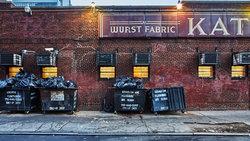 Mülltonnen in einer New Yorker Gasse