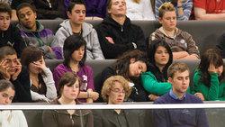Jugendliche schlafen im Bundestag während einer Debatte
