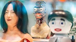 """Frühe Werke von menschlich wirkenden Robotern stehen der Ausstellung: """"Künstliche Intelligenz und Robotik"""" im Heinz Nixdorf MuseumsForum (Foto: picture alliance/Guido Kirchner/dpa)"""