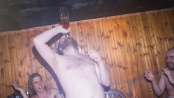 Junge Finnen feiern in der Sauna