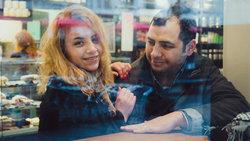 Aziz mit seiner Frau Lama in einem Café