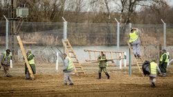 Ein Zaun wird errichtet
