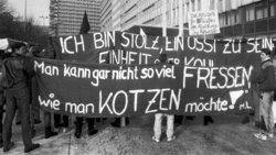 Beschaeftigte der DDR-Fluggesellschaft Interflug protestieren gegen das Ende des Betriebs. Foto: picture alliance/Paul Glaser/dpa-Zentralbild/ZB