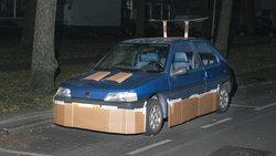 Auto mit Spoiler aus Pappe