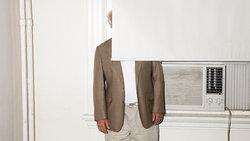 Mann versteckt sich hinter Rollo