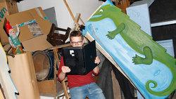 Ein Mann liest im aufgeklappten Laptop