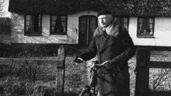 SS-General in Reetdachidylle: Heinz Reinefarth vor seinem Haus auf Sylt