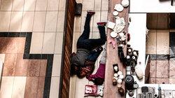 Terror in Kenias Hauptstadt Nairobi: Eine Familie sucht in der Westgate-Shopping-Mall hinter einem Verkaufstresen Schutz