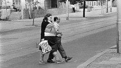 Tüte oder so was: Bürger der DDR mit Accessoire aus dem imperialistischem Nachbarland