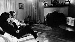 Kriegsschauplatz Couch: Die Mutter und die Schwester des Kriegsgefangenen Soledad Alvarez verfolgen eine Ansprache von US-Präsident Nixon zum Vietnamkrieg