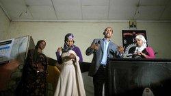 Qaali Ladan (ganz links) ist schon ein kleiner Star geworden. Zu ihren Auftritten kommen Hunderte – darunter viele Jugendliche, die ebenfalls Künstler werden wollen