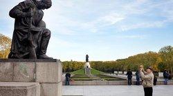 Das Ehrenmal in Berlin-Teptow – im Hintergrund der haushohe Bronzesoldat