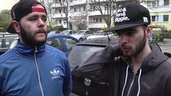 Zwei junge Männer mit Basecaps