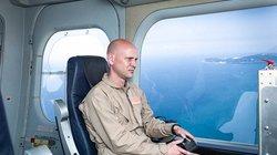"""Operator einer Hochleistungsüberwachungskamera in einem Zeppelin – Forschungsprojekt im Rahmen von """"Eurosur"""" (European External Border Surveillance System) nahe Toulon in Südfrankreich, Juli 2013"""