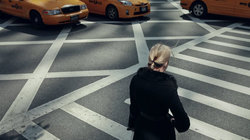 Eine Frau in überquert einen Zebrastreifen in New York
