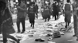 """""""Man geht in Berlin nicht spazieren. Dazu hat man keine Zeit."""" – schrieb Franz Hessel. Hier sieht man Passanten am Alexanderplatz. Der Boden ist bedeckt mit Wahlwerbung zur Reichstagswahl"""