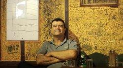 """In seiner Bar """"Captain's Cabin"""" gehört André Toriz zum Interieur"""