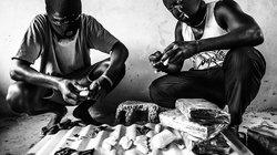 Nigerianische Schmuggler präparieren Kokain für den Transport