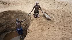 Weil das Wasser nicht mehr fließt, müssen Hirten in einem schlammigen Loch bis zum Grundwasser graben