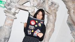 Frau in Museum liest in einem Laptop