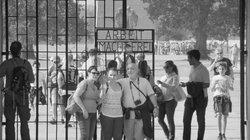 Besucher einer KZ-Gedenkstätte mit Selfie-Stick