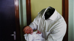 Mann ohne Kopf hält Baby