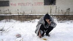 Flüchtling isst im Schnee