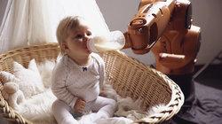Baby wird von einem Roboter gefüttert