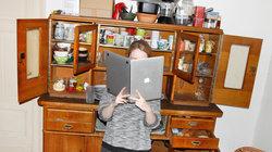 Frau nutzt Laptop als Buch (Foto: Renke Brandt)