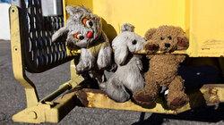 Kuscheltiere auf einem Müllwagen